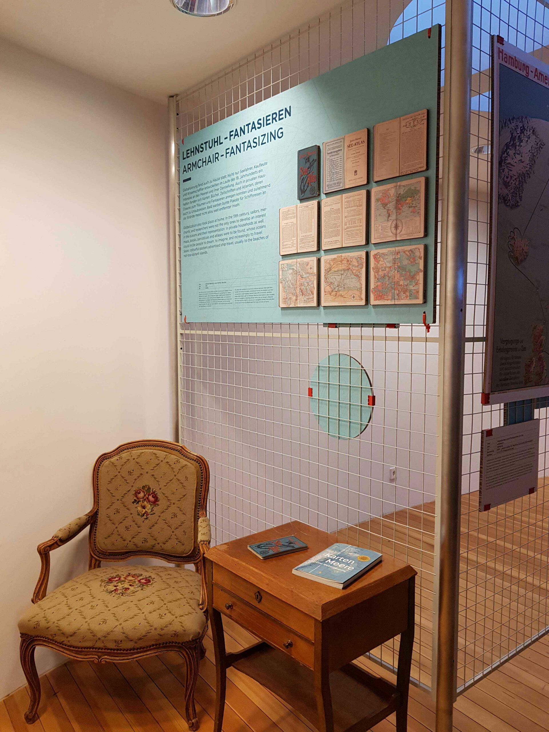 Einblick in die Ausstellung KartenWissenMeer Abteilung Lehnstuhl - Fantasieren