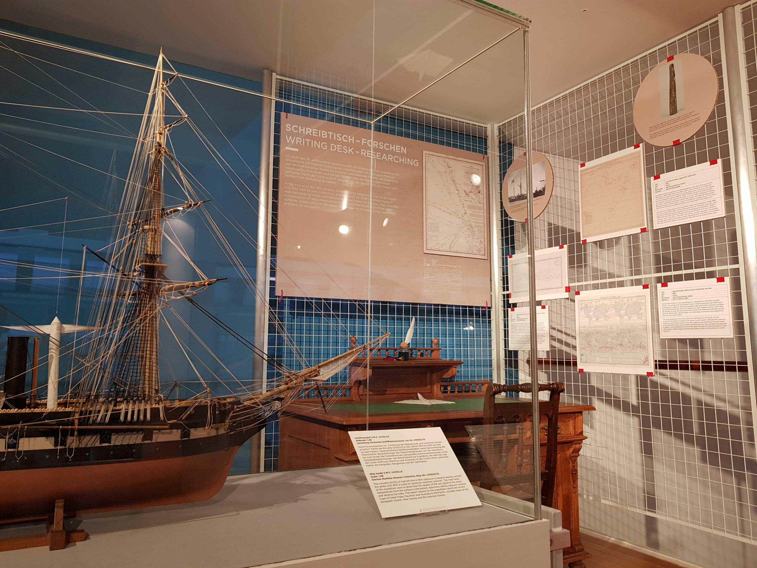 Einblick in die Ausstellung KartenWissenMeer Abteilung Schreibtisch - Forschen