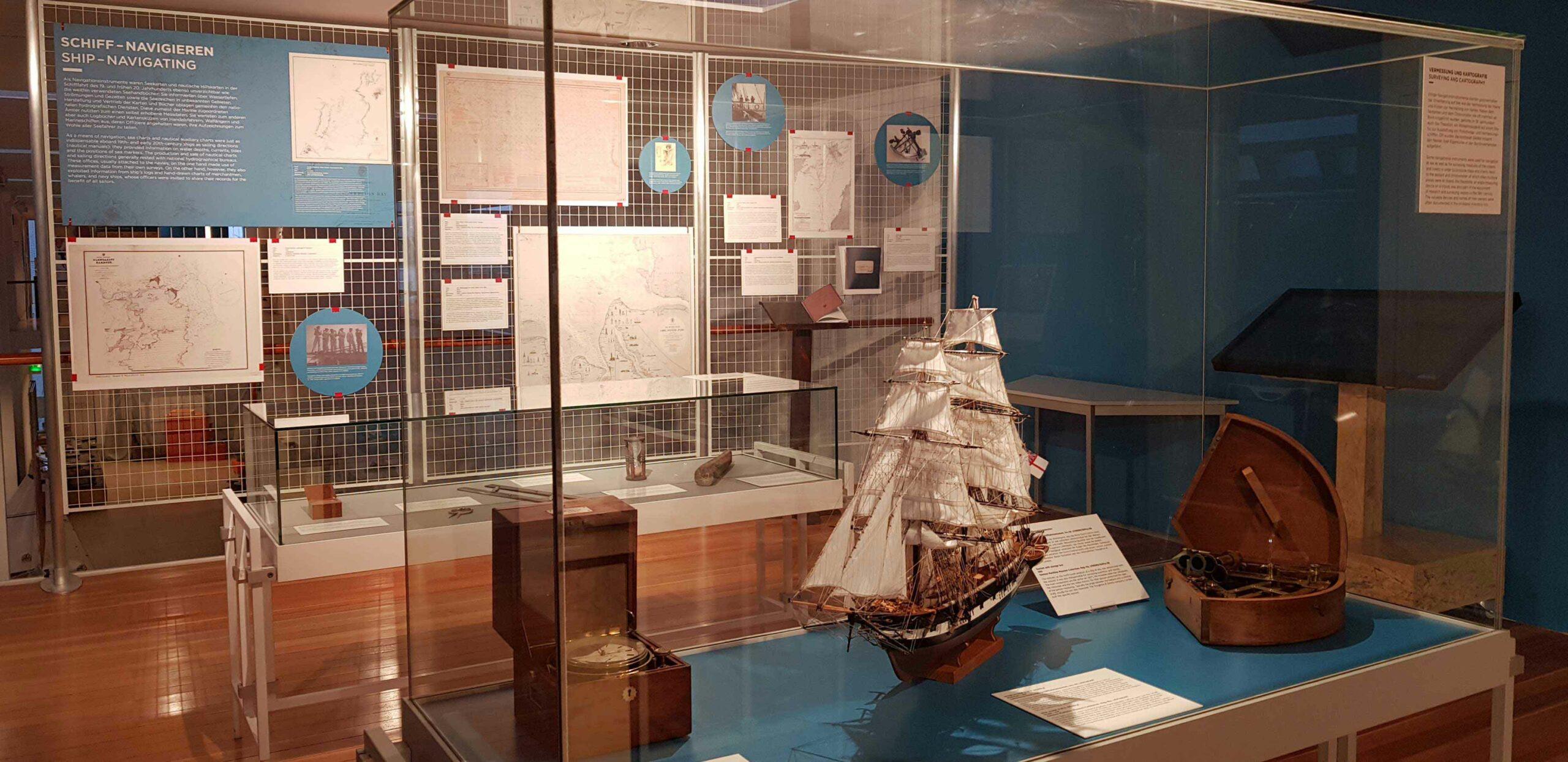 Einblick in die Ausstellung KartenWissenMeer Abteilung Schiff - Navigieren